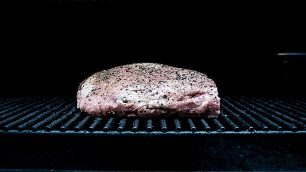 Das Kalbfleisch wird ganz langsam im Rauch gegart
