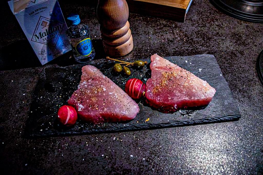 tonijnsteak bagelburger met ginmayonaise