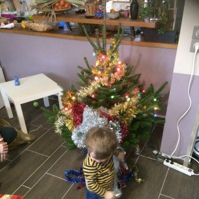 On te laisse décorer le sapin de Noël