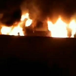 فيديو: ممرضة توثق لحظة قيام شخص بحرق مركبة أثناء توقفها أمام منزلها بالمدينة المنورة.