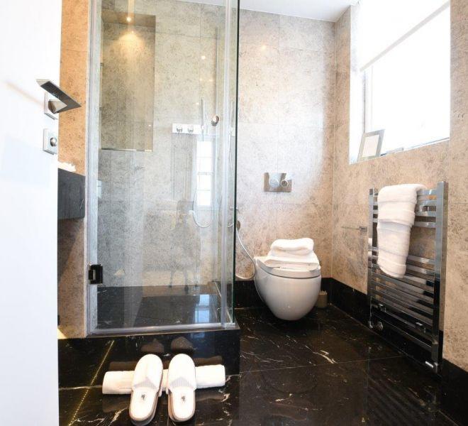 En suite bathroom renovation in London by BCCSITE