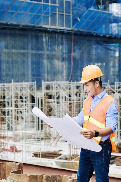 construction-engineer-with-blueprint-SZLCAT5-1-1.jpg