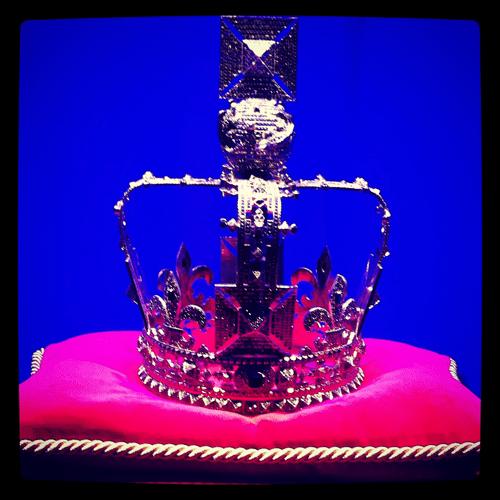 corona reina elizabeth valentino