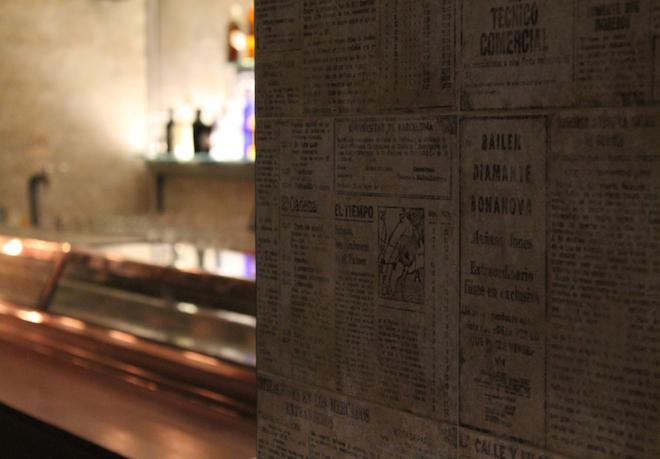 El-Bar-Decoración con periódicos de los años 70-1