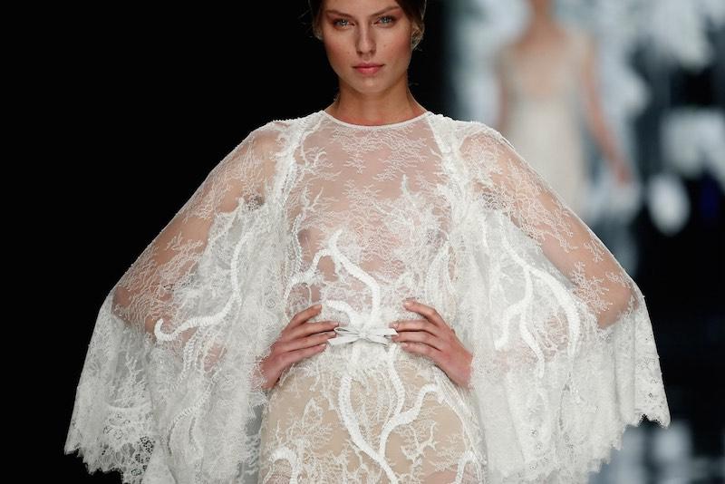 """© Barcelona Bridal Week. Vestido de la colección """"Orquídea"""" de la firma YolanCris en la BBW15"""