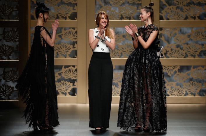 © Barcelona Bridal Week. La diseñadora de la firma Carla Ruiz, Rocio Ruiz, saluda a la finalización del desfile.