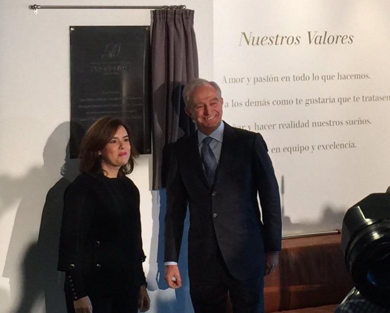 © Pronovias. Visita de Saénz de Santamaría a las instalaciones de Pronovias por su 50 aniversario.