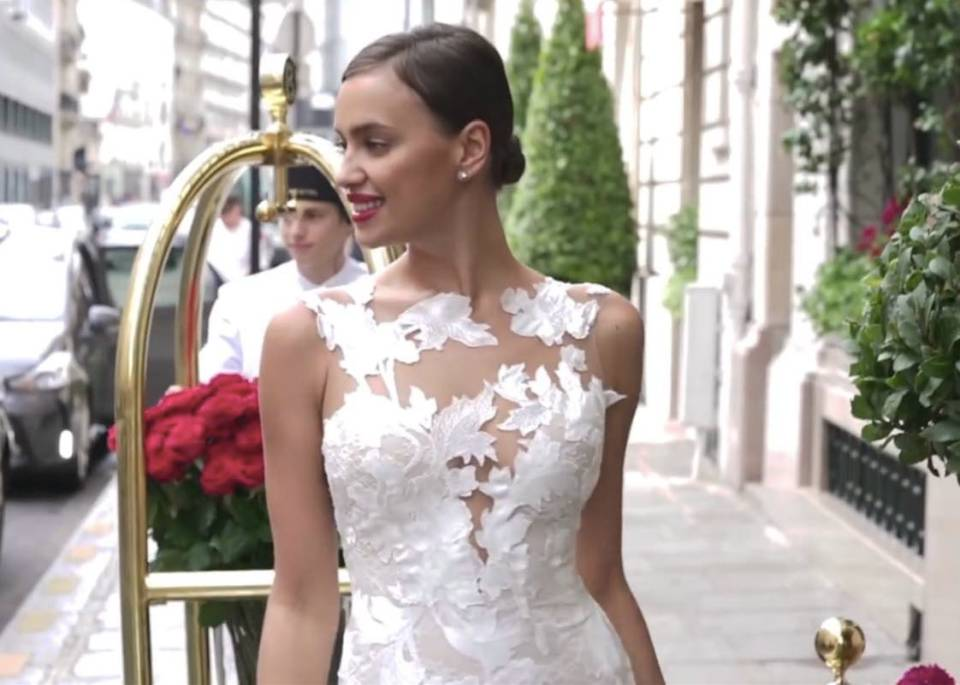 © PronoviasTV. Captura de pantalla.Making-of Irina Shayk Pronovias 2017 Collections.