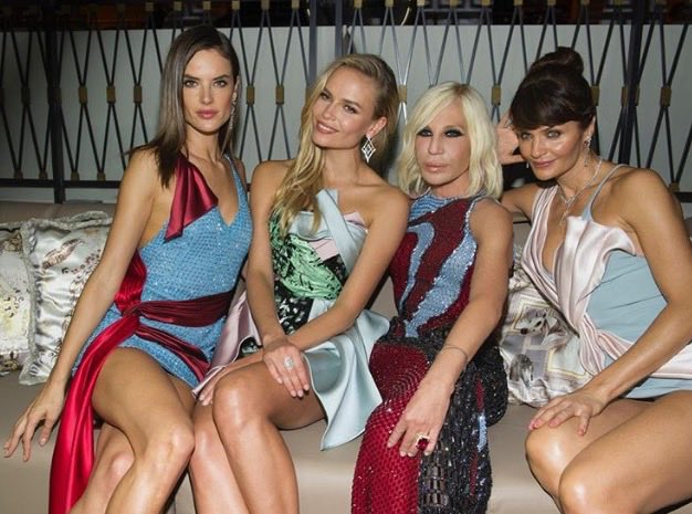 © Instagram @Donatella_Versace. La diseñadora inaugura el Palazzo Versace Dubai junto a las modelos Alessandra Ambrosio, Natasha Poly, Helena Christensen.
