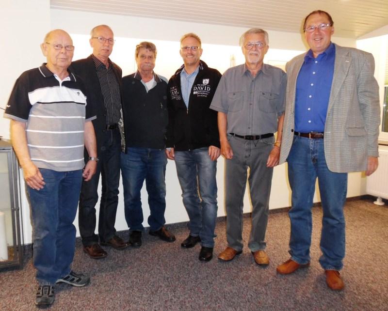Der alte/neue Vorstand der Feuerwerkergilde Wilhelmshaven von links: Peter Wedler (Beisitzer Ehrenmal); Erich Diddens (Schatzmeister); Hans-Jürgen Heyer (Beisitzer Ehrenmal); Horst Eden (Schriftführer); Hermann Kespelher (Stellvertr. Vorsitzender) und Hans Frenken (Vorsitzender).