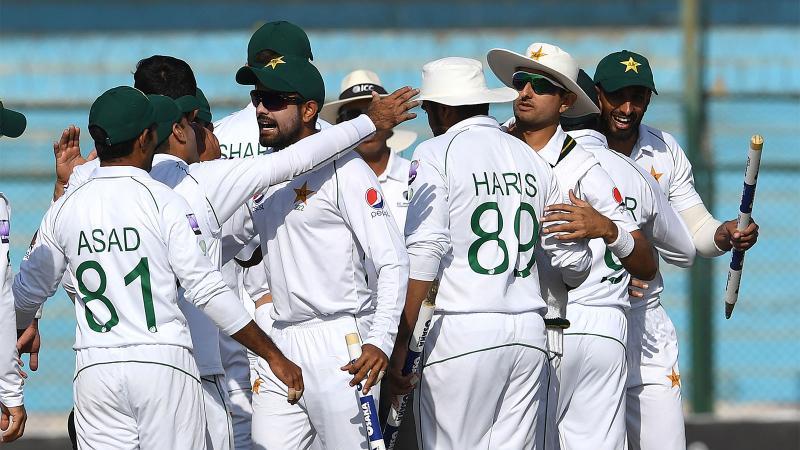 বহু দিন পর দেশের মাটিতে টেস্ট খেলে জয় পেল পাকিস্তান। ছবি: এএফপি