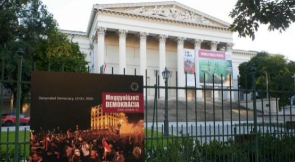 MEGGYALÁZOTT DEMOKRÁCIA – 2006. OKTÓBER 23.