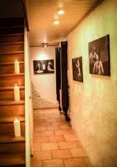 Der Flur mit Treppe zu den Playrooms BDSM Haus