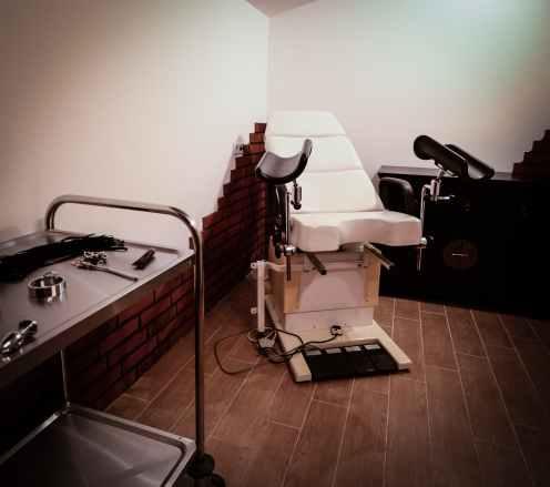 Behandlungsraum mit gynäkologische Stuhl im Ferienhaus