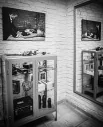 Vitrine Eingangsbereich BDSM Ferienhaus