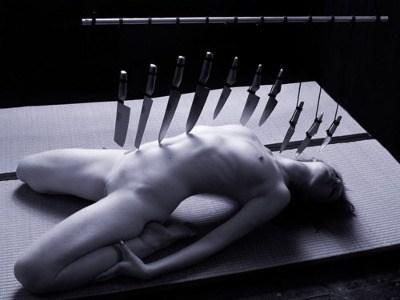 Femme nue et couteaux