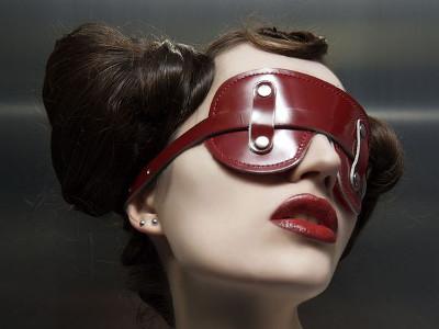 Femme avec un masque de cuir