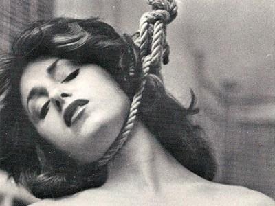 Jeune femme avec une corde autour du cou