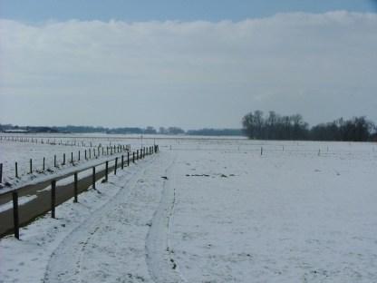 6 maart 2005. In 2005 kwam de winter laat en begin maart was het erg koud met sneeuw. Op deze plaats net ten westen van Doesburg (bij de oude schipbrug) geniet ik in de late herfst en winter vaak van de zonsondergang. Hier heb je een mooi uitzicht richting het zuidwesten.