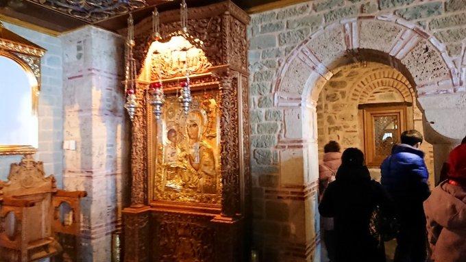 メテオラ地方のアギオス・ニコラオス修道院の中に入ります