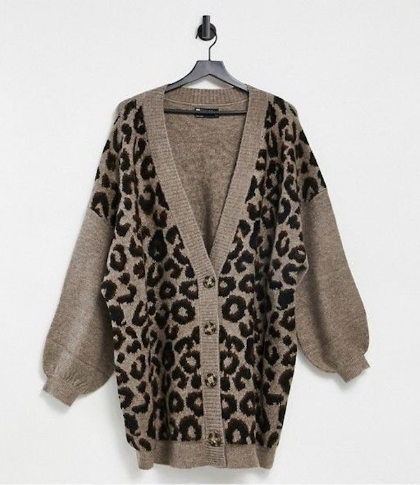A model wearing a plus-size oversized sweater in gray leopard print.