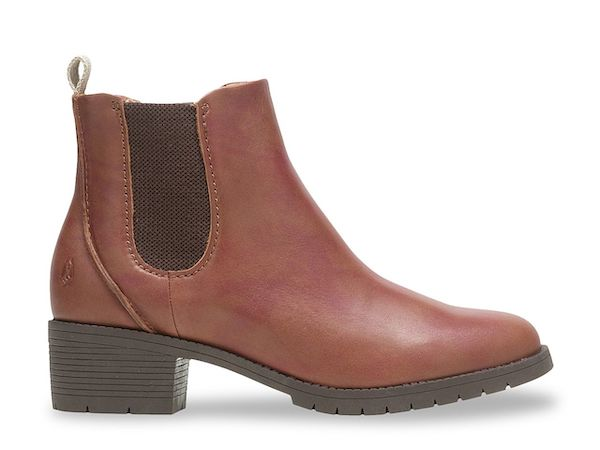 Wide-fit Chelsea boots in brwon.