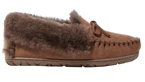 Wide-fit slippers in dark brown.
