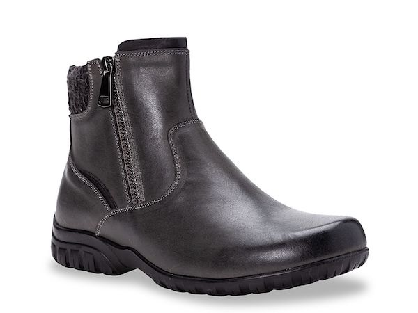 Wide-fit snow boots in black.