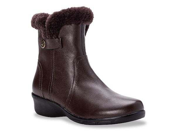 Wide-fit snow boots in dark brown.