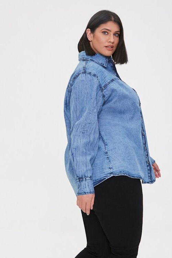 A model wearing a plus-size denim shirt.