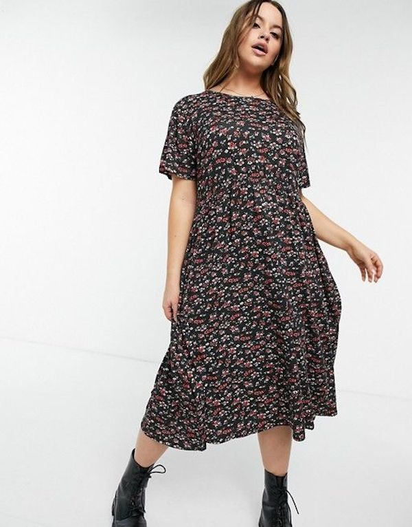 A model wearing a plus-size smock dress in floral.