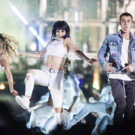 MEX10. MONTERREY (MƒXICO), 16/02/2017.- Fotograf'a del 15 de febrero de 2017, cedida hoy, jueves 16 de febrero de 2017, por la promotora Zignia Live, que muestra al cantante canadiense Justin Bieber (d), durante su concierto ante m‡s de 50 mil personas, en la Arena Monterrey, del estado de Nuevo Le—n (MŽxico). EFE/