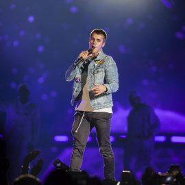 MEX10. MONTERREY (MƒXICO), 16/02/2017.- Fotograf'a del 15 de febrero de 2017, cedida hoy, jueves 16 de febrero de 2017, por la promotora Zignia Live, que muestra al cantante canadiense Justin Bieber (c), durante su concierto ante m‡s de 50 mil personas, en la Arena Monterrey, del estado de Nuevo Le—n (MŽxico). EFE/ ZIGNIA LIVE