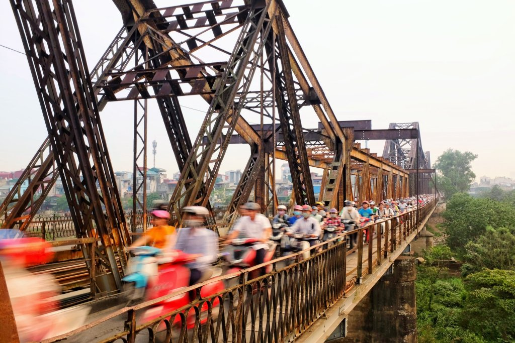 One of the things to do in Hanoi is to absorb the chaotic scene of 1000s motorbikes all squeezed in over Long Bien Bridge.
