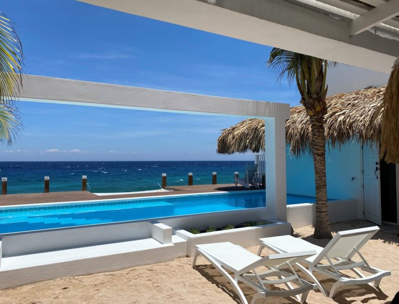 Holiday home Curacao. Private pool ocean Curacao Beach House Pietermaai. Boutique aparmtent.
