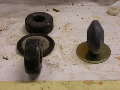 Rechts de Monroe rubbers,inks de veel hardere originele.