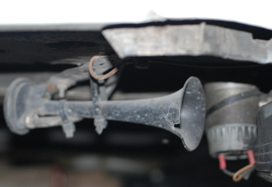 De luchtclaxon is 20 jaar oud en beschadigd,dus vervangen.