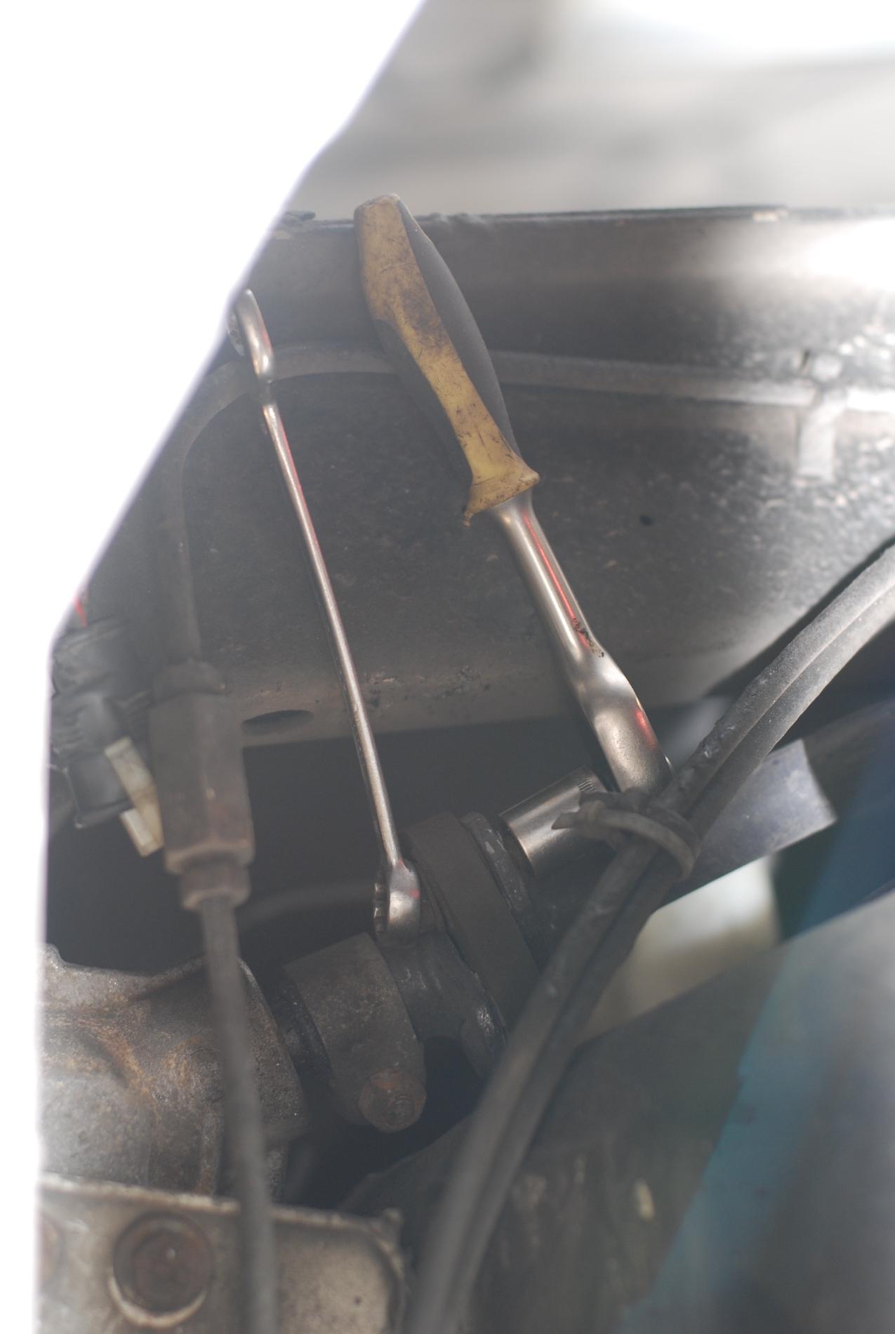 Om de hardy-schijven te vernieuwen,dient de stuurstang te worden verwijderd