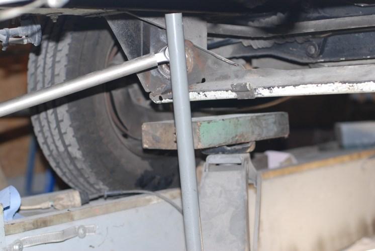 Met een 1 meter wringijzer en een krik op de steeksleutel komt de trekstang los.