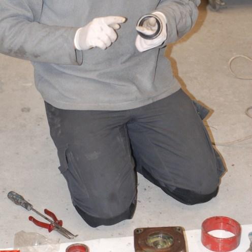 Na het inpersen van het andere lager,de tweede vetring monteren.