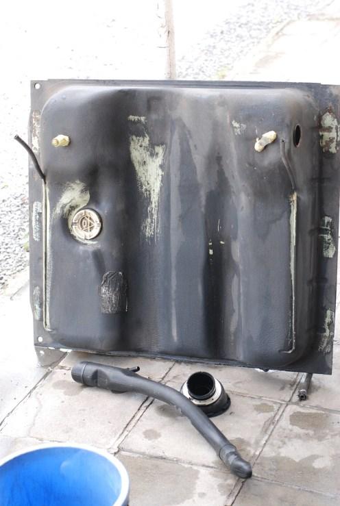 De tank gereinigd met tankvulbuis.