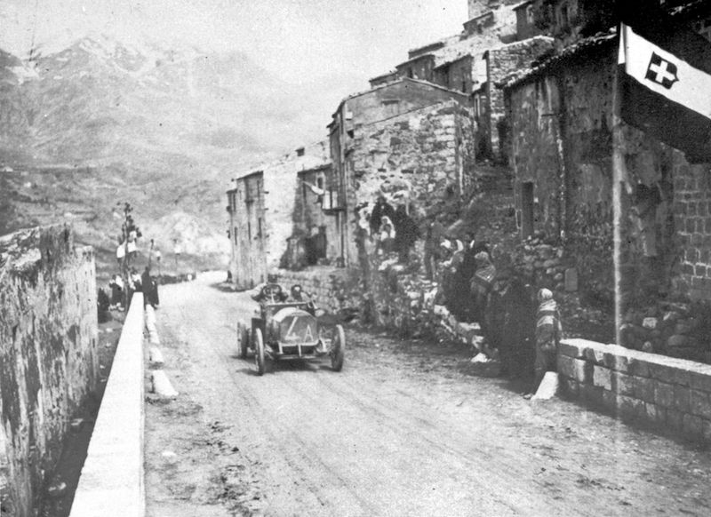 The Zust driven by Maggioni passing through the village of Petralia Sottana