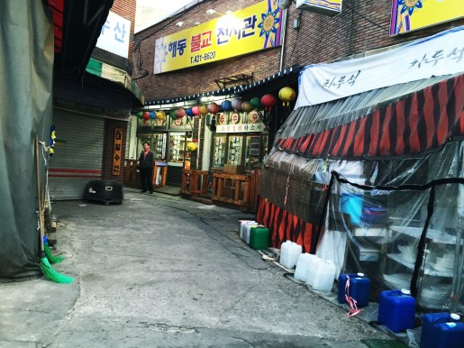Took the subway to Chiseong Traditional Market (Daegu) and spotted alleys that look absolutely like tv sets. Unbelievably rustic.