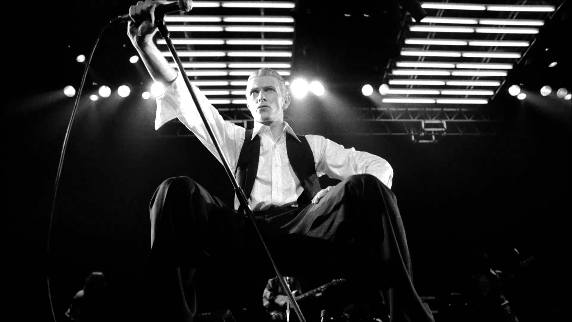 ★ DAVID BOWIE - Discografía confitada  ★  Tonight (1985) y Never let me down (1987). Un mal día lo tiene cualquiera. - Página 7 Bowie-cover