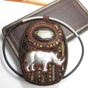 pendentif brodé rhinoceros