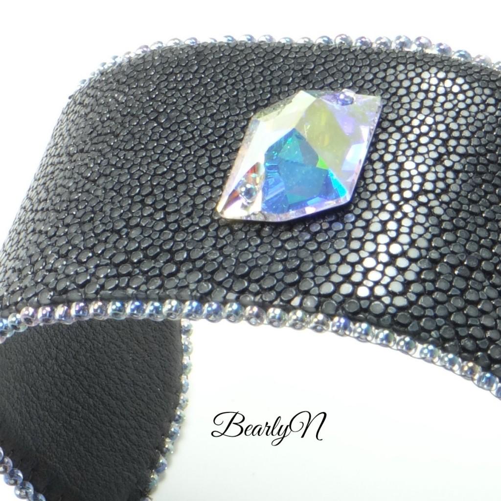 BearlyN photo-de-détail-galuchat-et-cristal-de-Swarovski-BearlyN