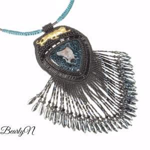 pendentif noir à franges, panthère et agate veine de dragon