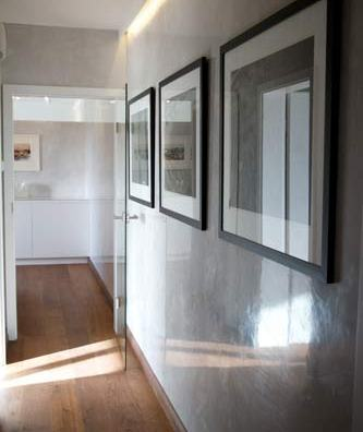 Corridor with polished lime plaster walls