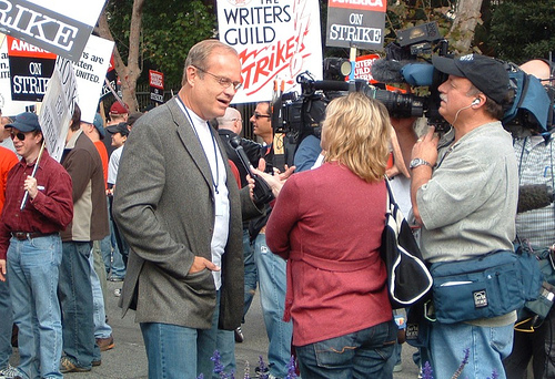 Kelsey Grammer chats with reporters @ the WGA unity rally outside FOX Studios (Nov. 9, 2007)