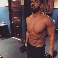 Drake shows off hot body in very rare pic